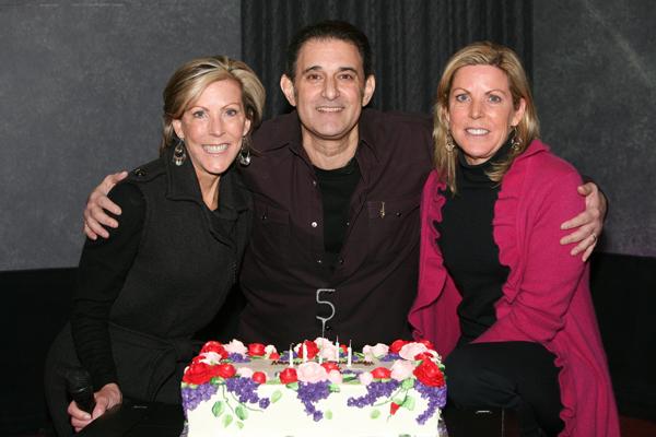Keti sa sestrom Karen i prijateljem Majklom Renijartom proslavlja još jednu godinu pobede nad dijagnozom Stil moćnih ljudi: Kathy Giusti, nepokolebljivi borac