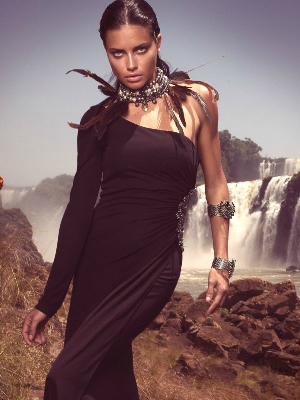 "613 ""Vogue Brasil"": Adriana Lima okupana suncem"