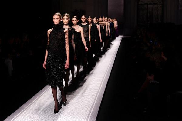 Alberta+Ferretti+Runway+Milan+Fashion+Week+8EDltTDrmESl Modni zalogaji: Ashton Kutcher i Alessandra Ambrosio u krevetu