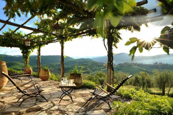 Col delle Noci Italian Villa patio 665x443 Col delle Noci: Mistična italijanska vila