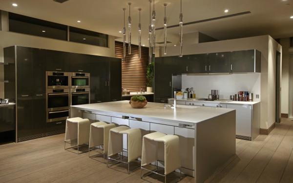 blue jay kitchen with white island and modern design Luksuzna vila u Los Anđelesu
