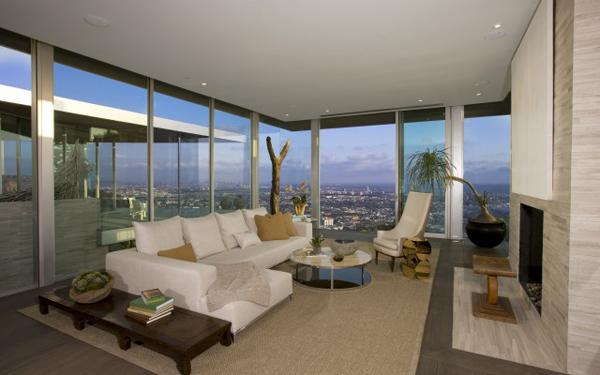 blue jay living room with open window views Luksuzna vila u Los Anđelesu