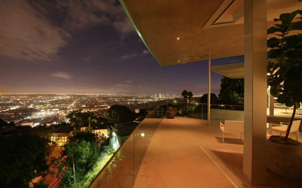 blue jay terrace at night 2 Luksuzna vila u Los Anđelesu