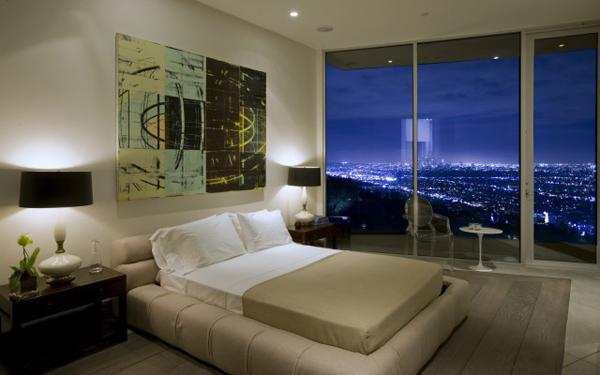 blue jay way neutral bedroom with night view Luksuzna vila u Los Anđelesu