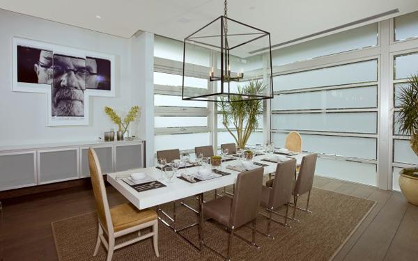 blue jay way neutral modern dining room Luksuzna vila u Los Anđelesu