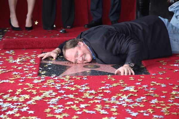 Slika 3 E neka si je obgrlio Dzoni Stil moćih ljudi: John Lasseter, na vrhu piramide u havajci