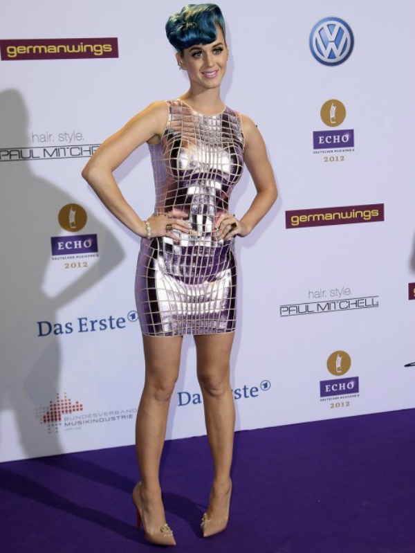 katy perry Echo Awards 2012 2 500x666 Fashion Police: Crni grudnjaci i plave kose