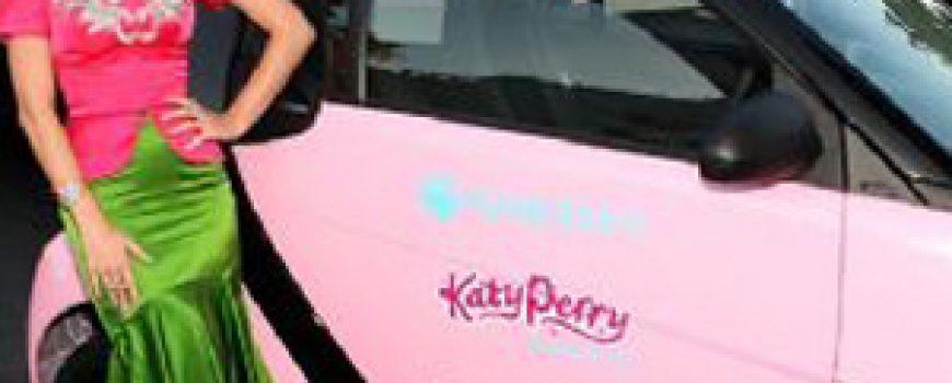 200km/h: Katy Perry vozi Smart pink boje