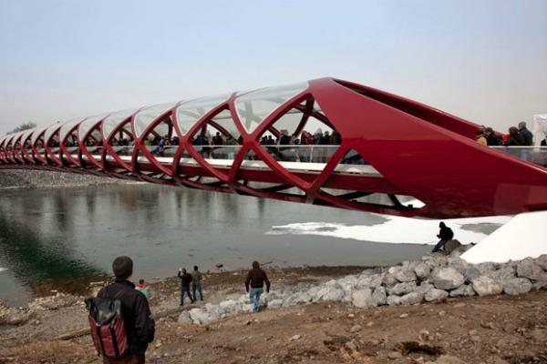 peace bridge by santiago calatrava 1 Da Vinci XXI: Čudnovati nameštaj, crvena spirala i žuti krov