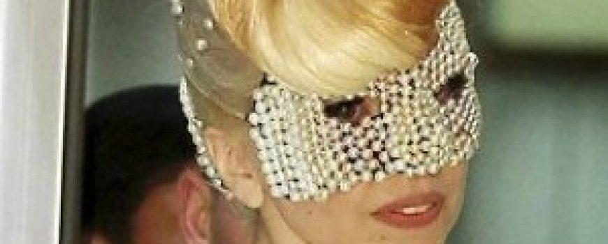 Modni zalogaji: Lady Gaga u haljini Versace i gola Alessandra Ambrosio