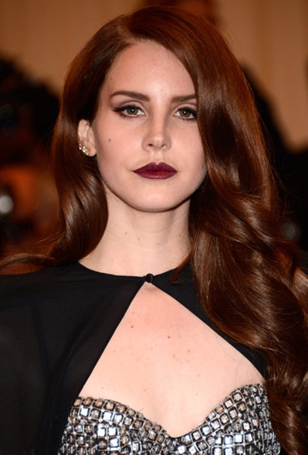 2. Lana Del Ray je jedna od zvezda kojoj ova boja lepo pristaje Beauty trend: Tamnije usne