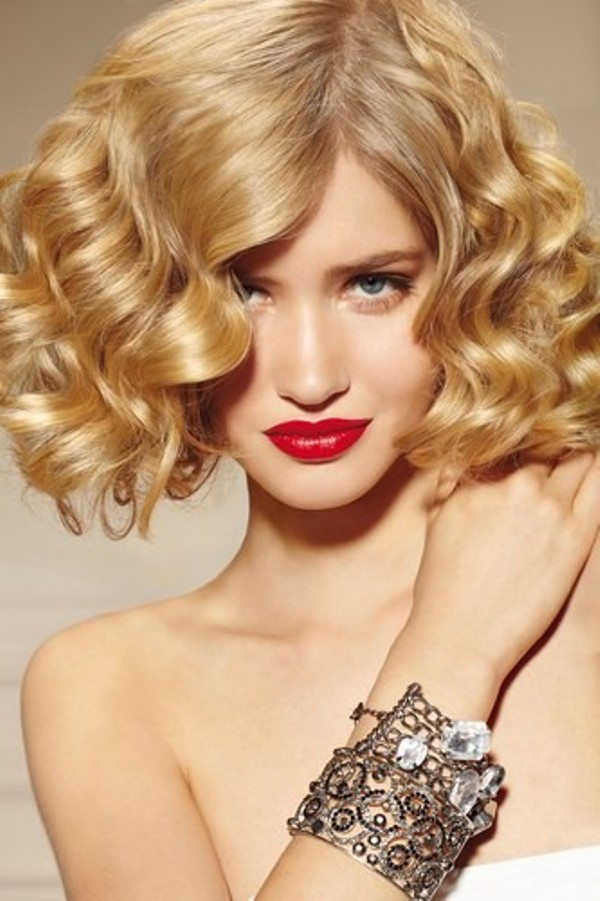 3. Kratka kosa sa efektnim loknama Najefektnije maturske frizure