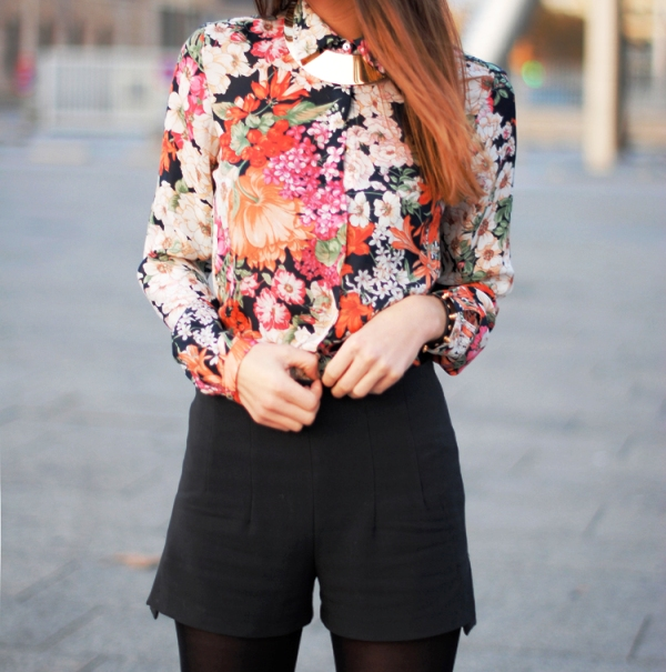 6. Cvetna bluza jako elegantno izgleda Prolećni trendovi koje morate imati u svom ormanu