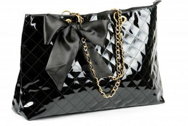 9114507 black glossy women s handbag isolated on a white background Stil dana: Rihanna