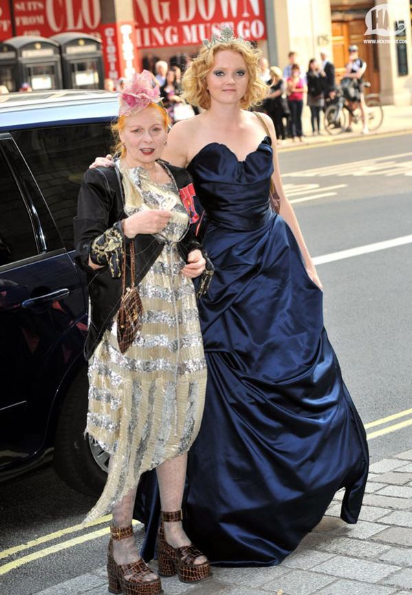 Slika 158 Modni zalogaj: Britanski dizajneri i kraljica Elizabeth II