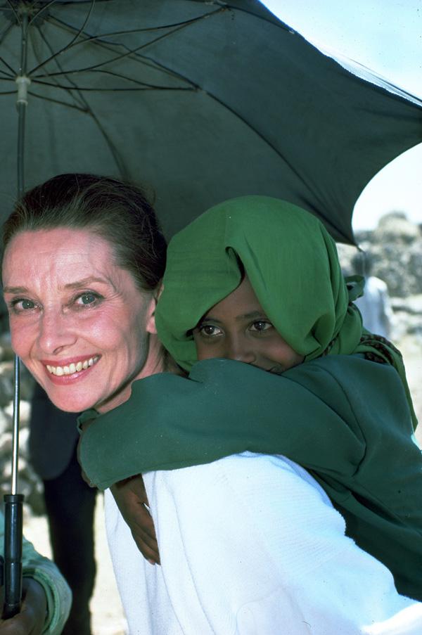 Slika 5 Govorila je da covek sa godinama shvata da ima jednu ruku da pomogne sebi a drugu da pomogne drugima Dan za podsećanje na Audrey Hepburn