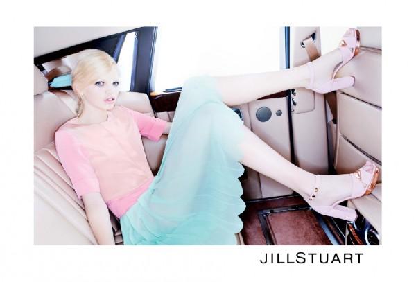 436 Jill Stuart: Vožnja u pastelnim bojama