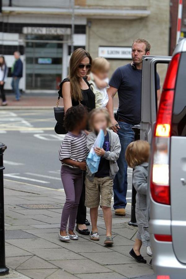 Angelina+Jolie+Brad+Pitt+Angelina+Jolie+Family+0n chN6MGDDl1 Srećan rođendan, Angelina Jolie!