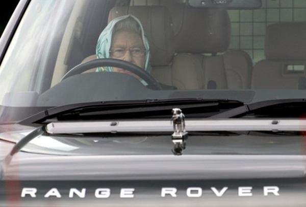 Slika124 200km/h: Britanska kraljica, trkačka zmija, kamionet i dirljivi Subaru