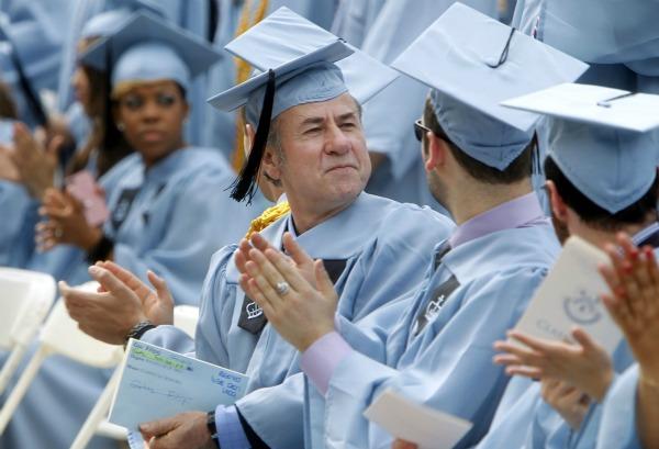 slika03 U jednoj ruci krpa, u drugoj diploma