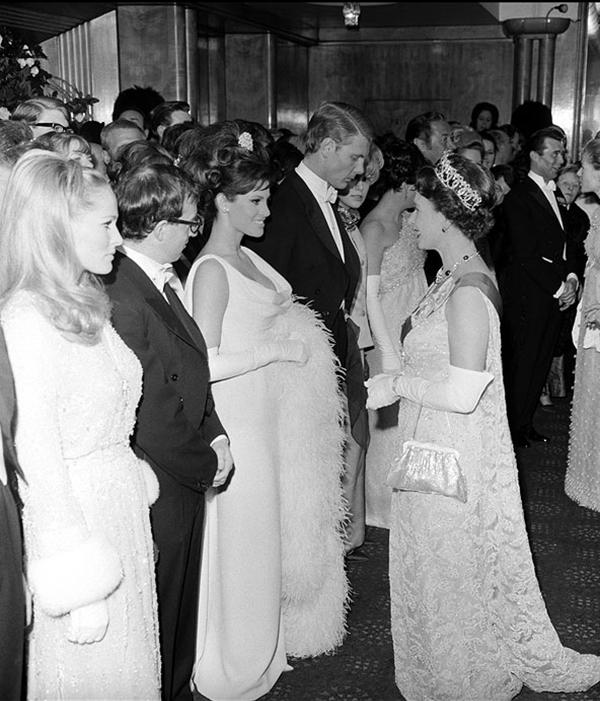 slika116 Kraljica Elizabeta upoznaje Hollywood