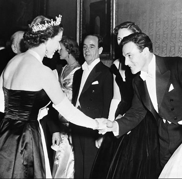 slika512 Kraljica Elizabeta upoznaje Hollywood