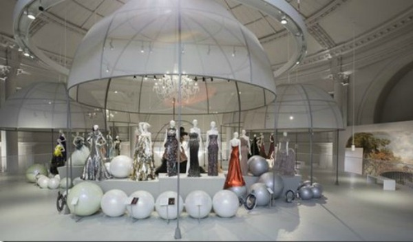 6a01053695b916970c016305eaf3e7970d 550wi thumb5 London: Izložba balskih haljina u muzeju Victoria i Albert