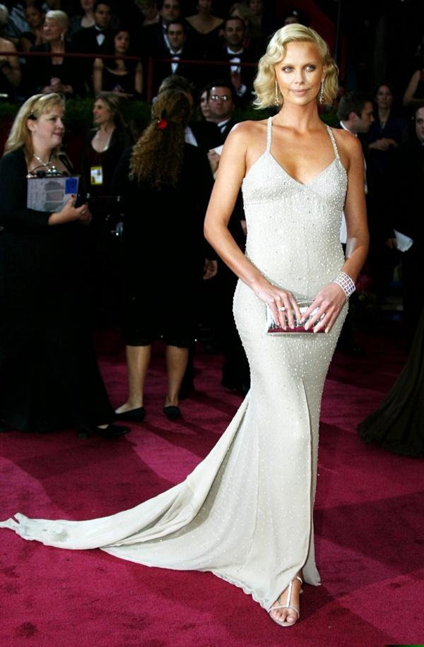 slika 169 10 haljina: Charlize Theron