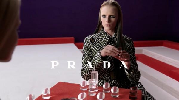 slika 18 Modni zalogaj: Modeli kao pioni u reklami modne kuće Prada