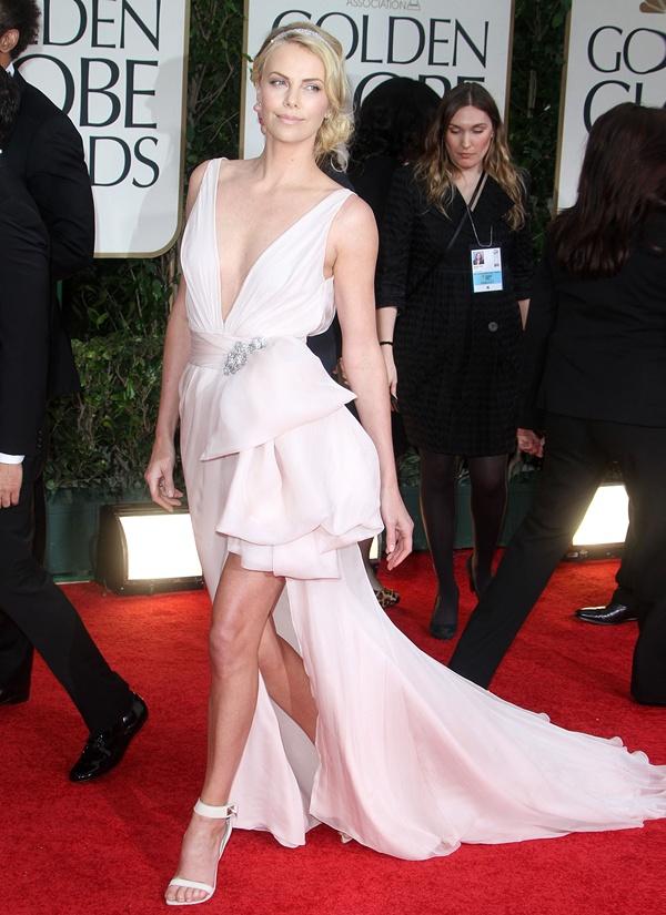 slika 244 10 haljina: Charlize Theron