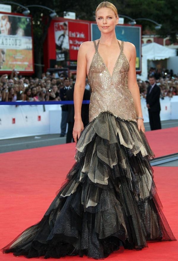 slika 330 10 haljina: Charlize Theron