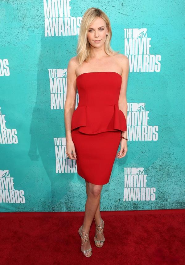 slika 914 10 haljina: Charlize Theron