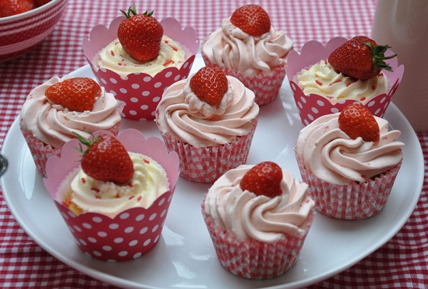 "strawberry cupcakes Letnji recepti: ""Cupcakes"" sa jagodama"