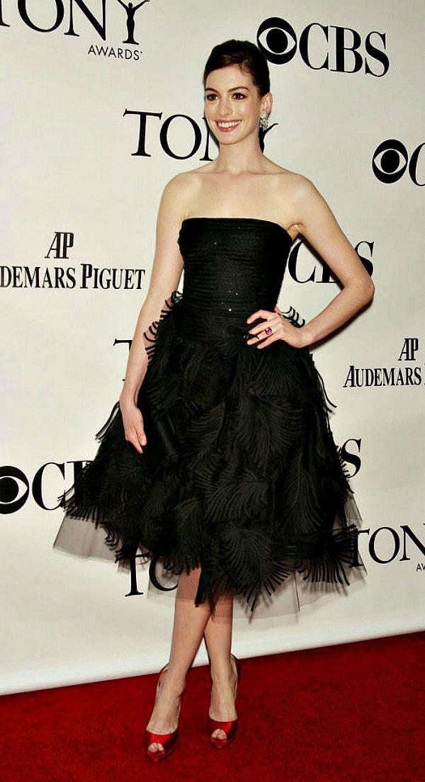 219 10 haljina: Anne Hathaway