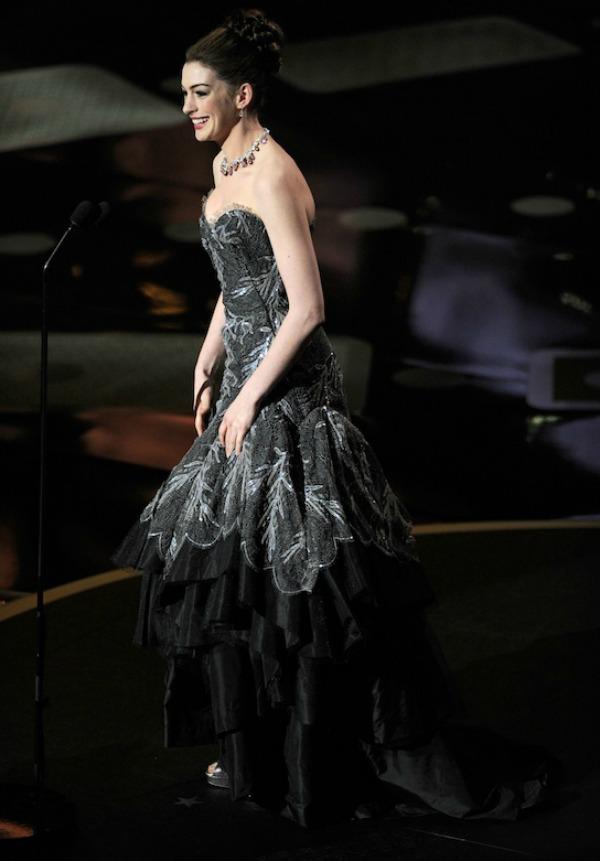 66 10 haljina: Anne Hathaway