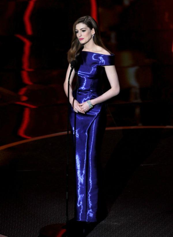74 10 haljina: Anne Hathaway