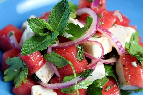 lubenica slika 1 Letnji recepti: Salata od lubenice sa feta sirom i nanom