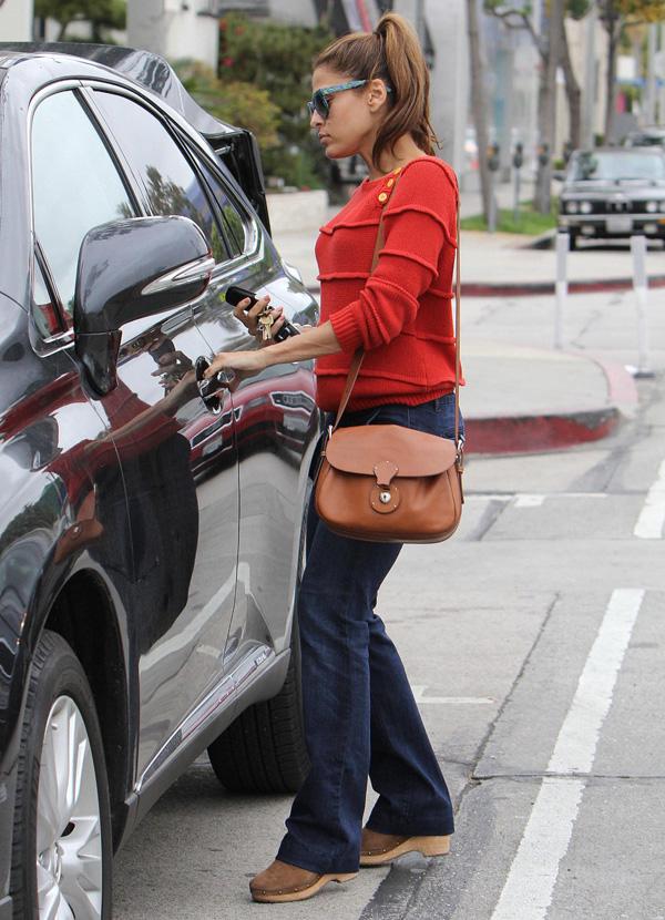 mend1 Omiljeni predmeti poznatih: Eva Mendes i torba Ralph Lauren