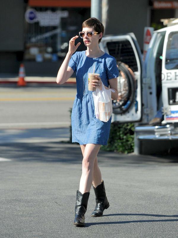 slika8 Street Style: Anne Hathaway