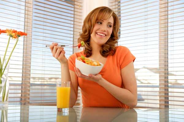 woman eating fruit salad1 Wannabe Fit: Formula za savršen doručak
