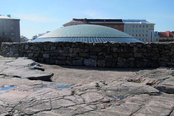 Hram se sa spoljasnje strane skoro ni ne vidi. Hram roka u Helsinkiju