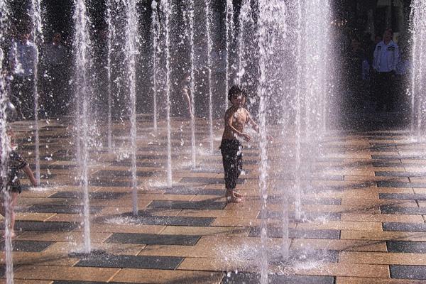 Jozef Kujundzic Zabava dece u podnom vodoskoku San Lin Tun ulica Peking Kina Wannabe Magazine & Rapsody Travel vode vas na doček 2013. u Krakov: 24. novembar
