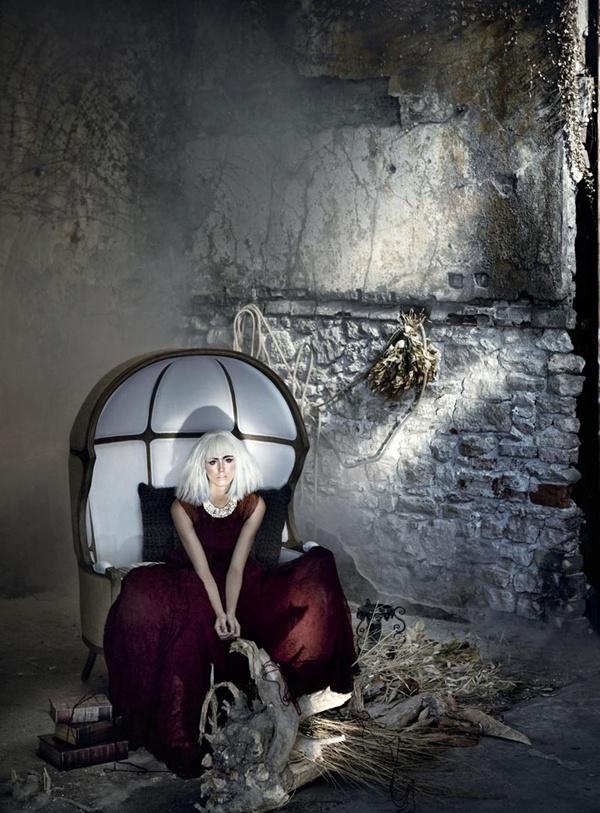 """slika 811 """"Elele"""": Usamljena, glamurozna lutka"""