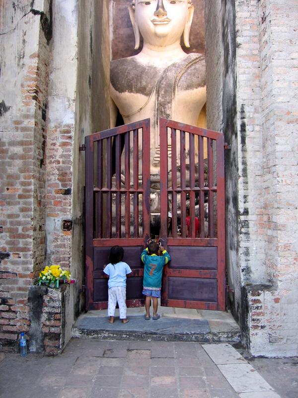 Dečak i devojčica ispred ogromne statue Bude u prvoj prestonici Tajlanda mestu Sukhothai Milica Rančić Wannabe Magazine & Rapsody Travel vode vas na doček 2013. u Krakov: Finalisti