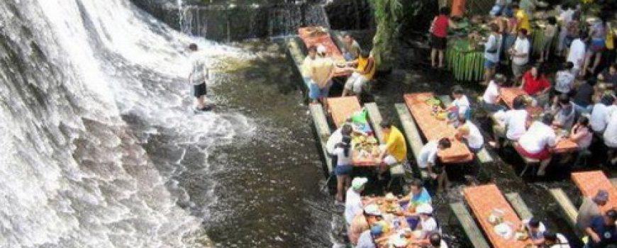 Villa Escudero: Vodopad pod nogama