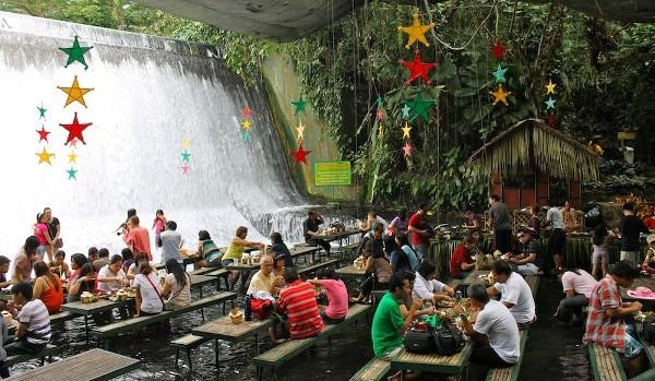 slika 124 Villa Escudero: Vodopad pod nogama