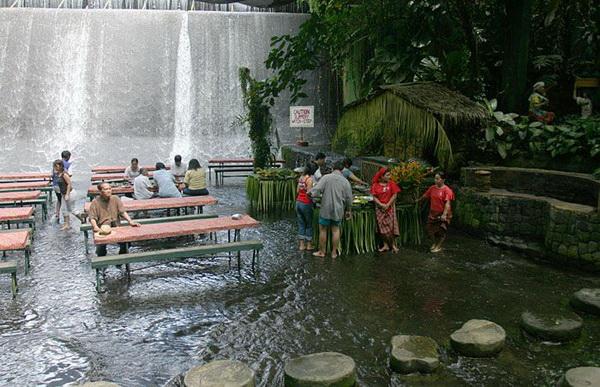 slika 317 Villa Escudero: Vodopad pod nogama