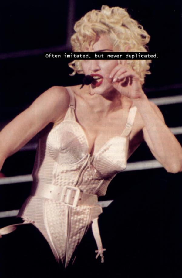 slika 327 The Best Fashion Moments: Provokativni grudnjak