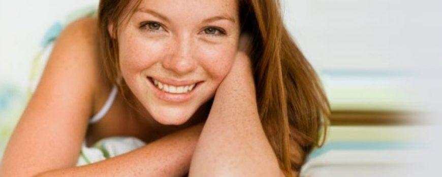 Četiri načina kako da sakrijete pegice na licu