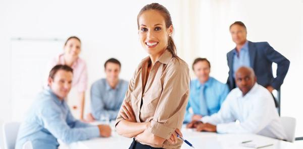business women in office blue BiznisDIVA: Zlatna pravila za odličnu prezentaciju